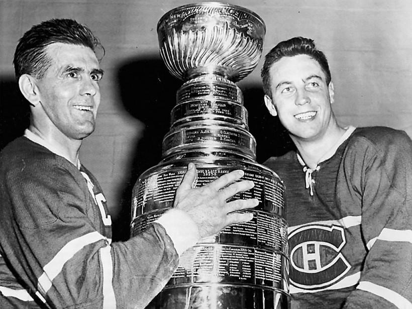 Maurice Richard et Jean Béliveau avec la Coupe Stanley, après la victoire du Canadien en finale contre les Bruins de Boston, en 1956. (archives La Presse)