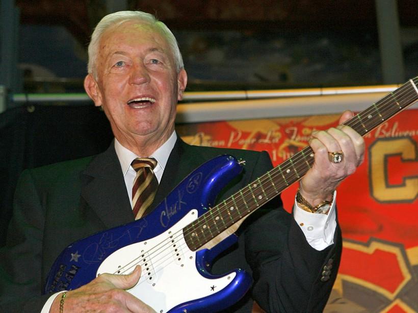 Jean Béliveau avec une guitare que le groupe Simple Plan a fourni pour un encan au profit de la Fondation Jean-Béliveau, en 2008. (Robert Mailloux, La Presse)