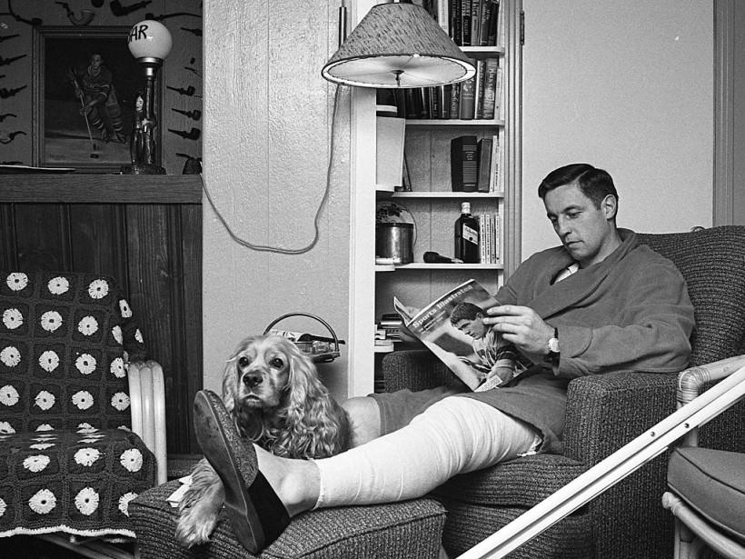 Jean Béliveau en convalescence chez lui en 1967. (Michel Gravel, La Presse)