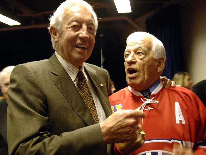 Jean Béliveau discutant avec Bernard Geoffrion lors de l'annonce du retrait du chandail de ce dernier. ()