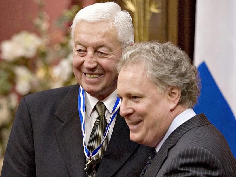 Jean Beliveau est nommé officier de l'Ordre national du Québec par le premier ministre Jean Charest, le 20 juin 2007, à l'Assemblée nationale. (PC)