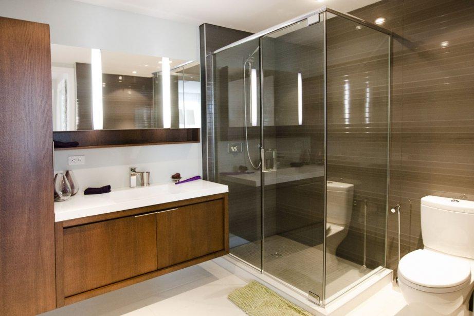 La salle de bains principale comporte une véritable lingerie et une douche vitrée spacieuse. | 28 février 2012