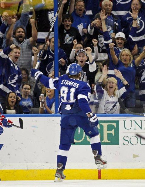 Le joueur du Lightning de Tampa Bay, Steven Stamkos, célèbre son but contre le Canadien. | 28 février 2012