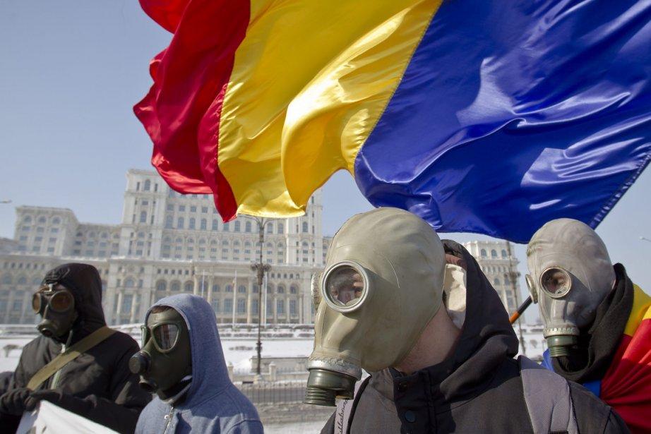 Des manifestants, devant le parlement à Bucarest le... (Photo Associated Press)