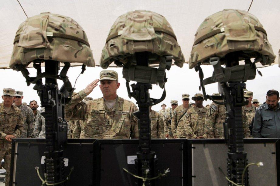 Le général américainDaniel B. Allyn effectue le salut... (Photo: Baz Ratner, Reuters)