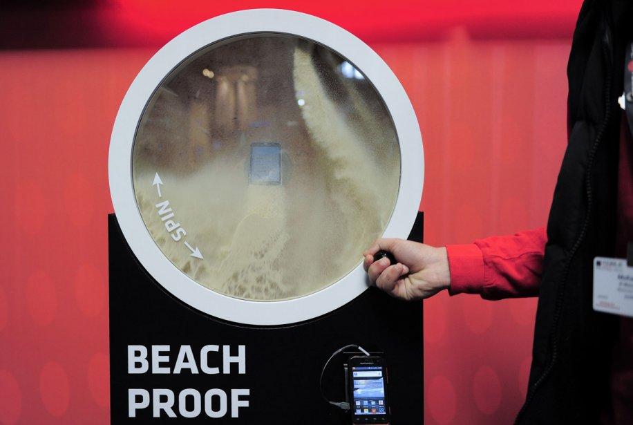 Un cellulaire Motorola résistant à tout, même aux... (Photo: AFP)