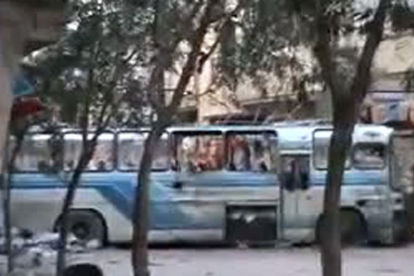 Un autobus est utilisé comme barricade dans une... (Image: YouTube)