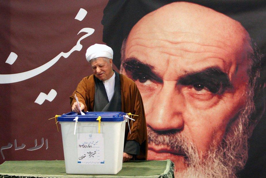 L'ex-président iranien Hachemi Rafsandjani enregistre son vote sous...