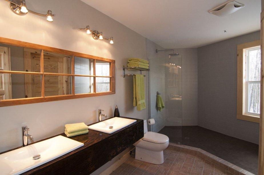 La salle de bains a l?étage comporte une vaste douche et une penderie carrelées de céramique. | 2 mars 2012