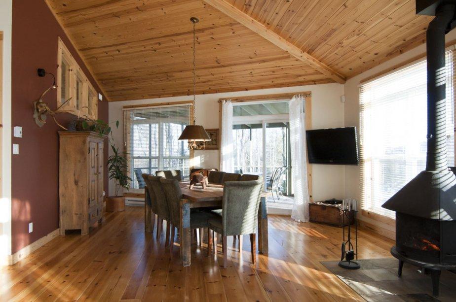 La salle à manger est ouverte sur la cuisine. Six fenêtres percent l?espace. C?est le coin préféré de la présente propriétaire. | 2 mars 2012