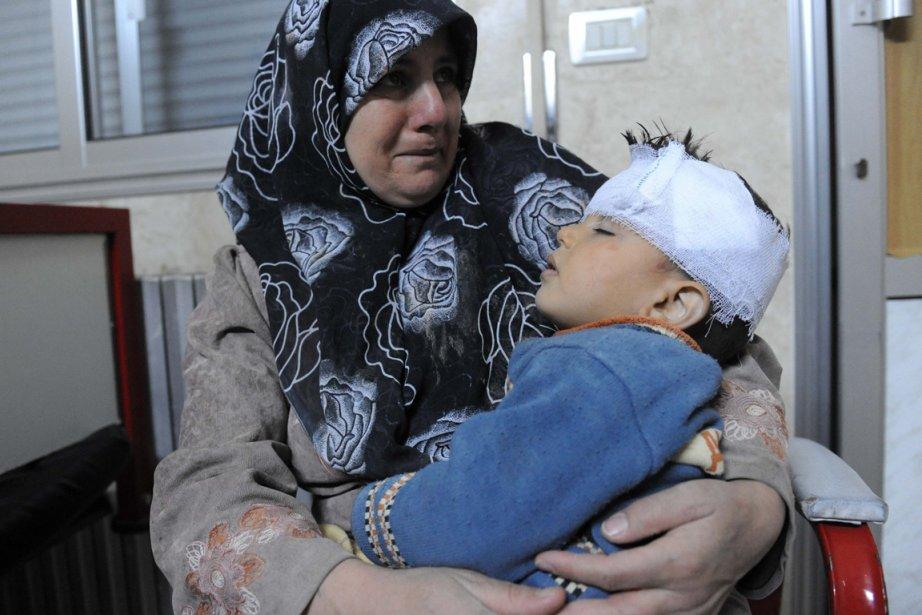 Une mère et son enfants blessé àIdlib dans... (Photo AFP)