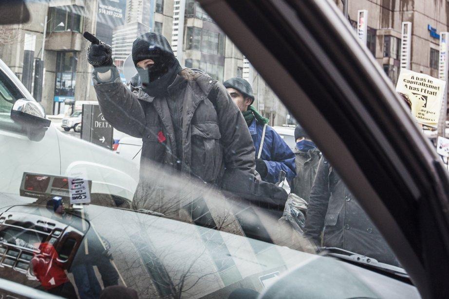Des membres de la coalition Convergence des luttes... (Photo : Olivier PontBriand, La Presse)