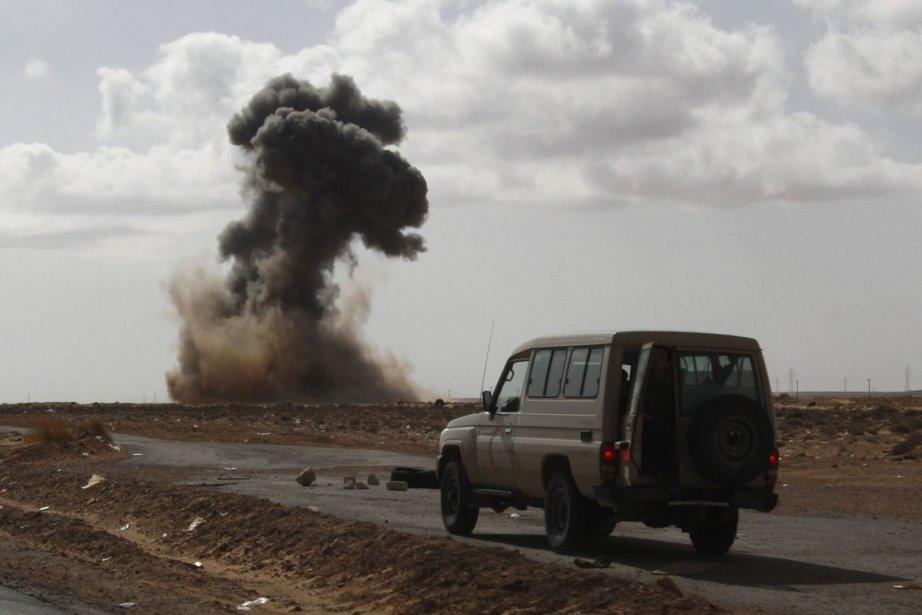Combat entre les forces pro-Khadafi et les rebelles... (Photo AP)