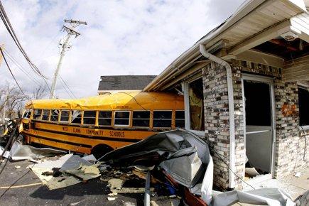 Bus scolaires renversés et maisons réduites à un... (Photo: Reuters)