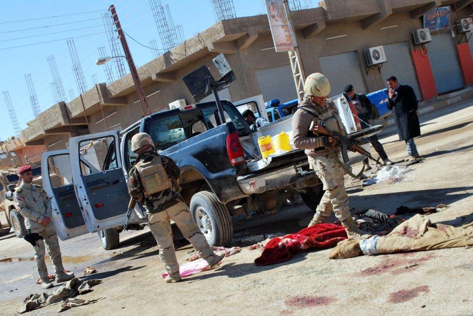Des policiers irakiens arrivent sur les lieux où... (Photo: AFP)