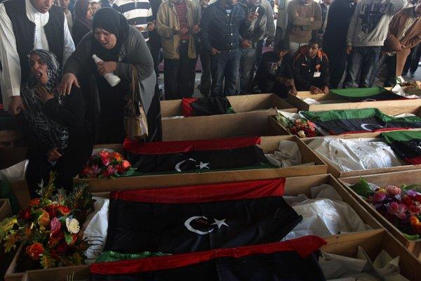 Une femme près du cercueil de son fils,... (Photo Esam Al-Fetori, Reuters)