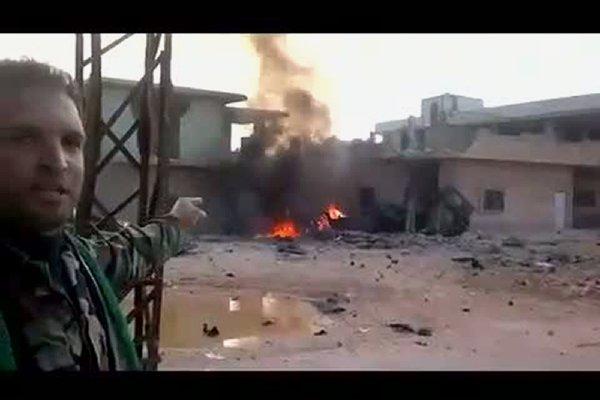 Un rebelle syrien montre un local des forces... (Photo AFP/youtube)