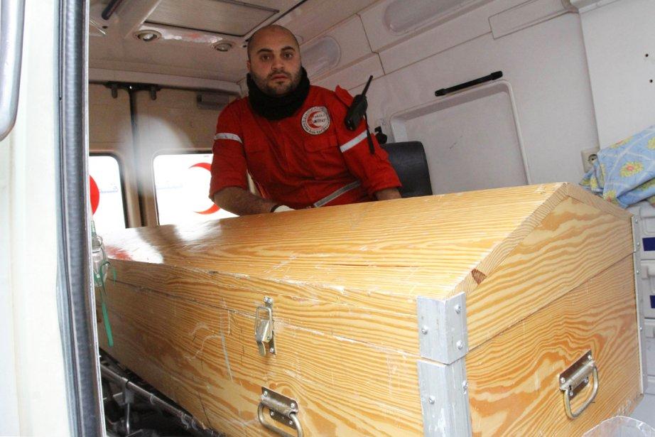 Un employé du Croissant-Rouge est assis dans une... (Photo: Anwar Amro, AFP)