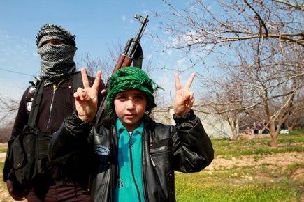 Un enfant affiche le signe de la victoire... (Photo: AFP)