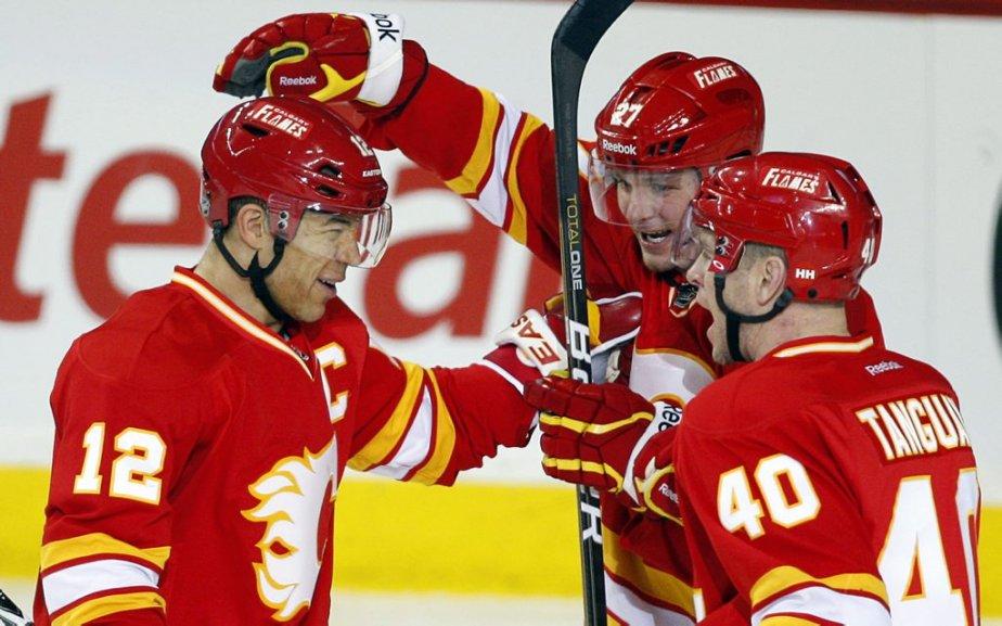 Jarome Iginla, des Flames, célèbre un but avec... (Photo : Jeff McIntosh, La Presse Canadienne)