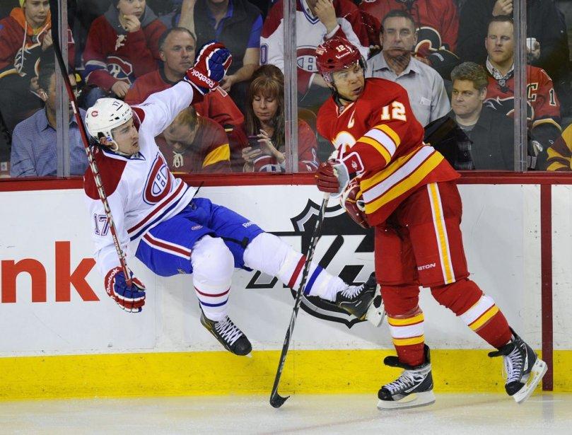 Jarome Iginla fait sauter les patins à Chris Campoli. | 6 mars 2012