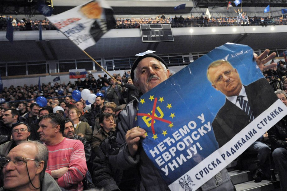 Un partisan du Parti radical serbe (SRS) tient... (Photo: Alexa Stankovic, AFP)