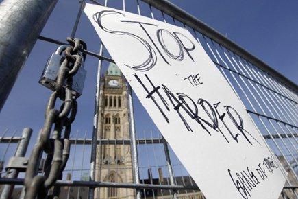 Une manifestation contre les présumés appels frauduleux orchestrés... (Photo: Reuters)