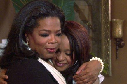 L'animatrice-vedette Oprah serre Bobbi Kristinadans ses bras lors... (Photo: Reuters)