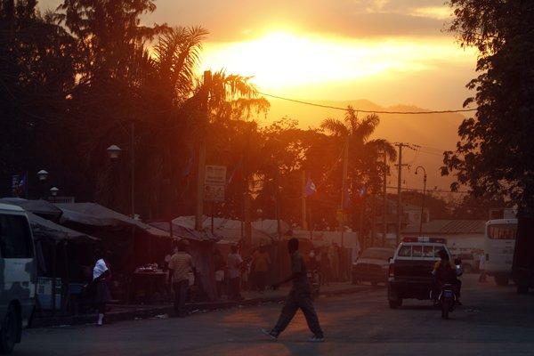 Coucher de soleil sur le Champ-de-Mars, à Port-au-Prince.... (Photo Martin Chamberland, La Presse)