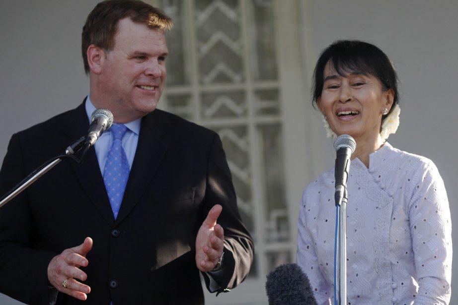 En visite en Birmanie, le ministre canadien des... (Photo: Soe Zeya Tun, Reuters)