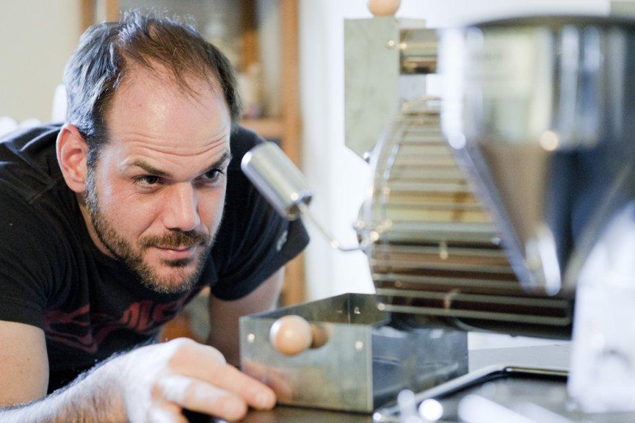 Hugo Larin, maniaque de café, fait sa torréfaction...