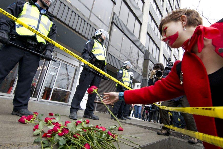 Des étudiants ont déposé des fleurs devant le... (Photo: Robert Skinner, La Presse)