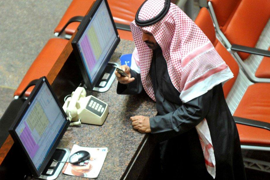 Un courtier s'affaire au Kuwait Stock Exchange.... (Photo AFP)