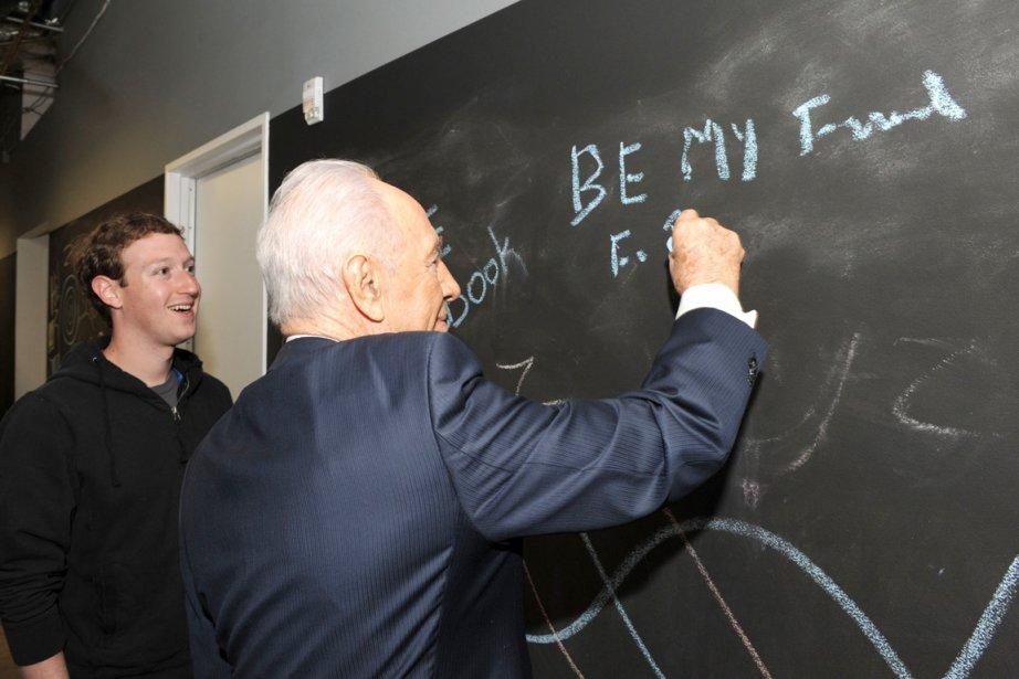 Shimon Peres, 88 ans, a lancé sa page... (Photo: AFP)