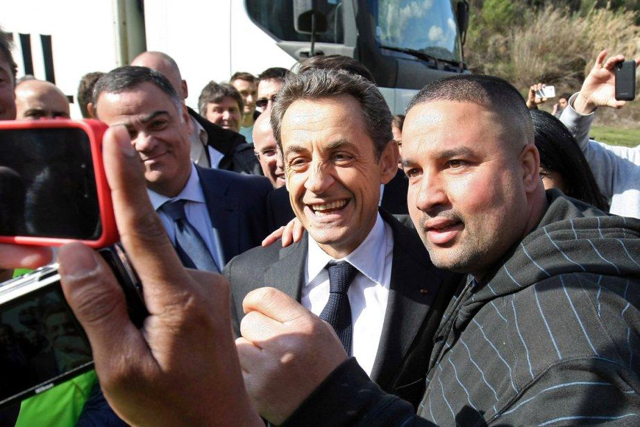 Le président sortant Nicolas Sarkozy (au centre) pose... (Photo: Claude Paris, AFP)
