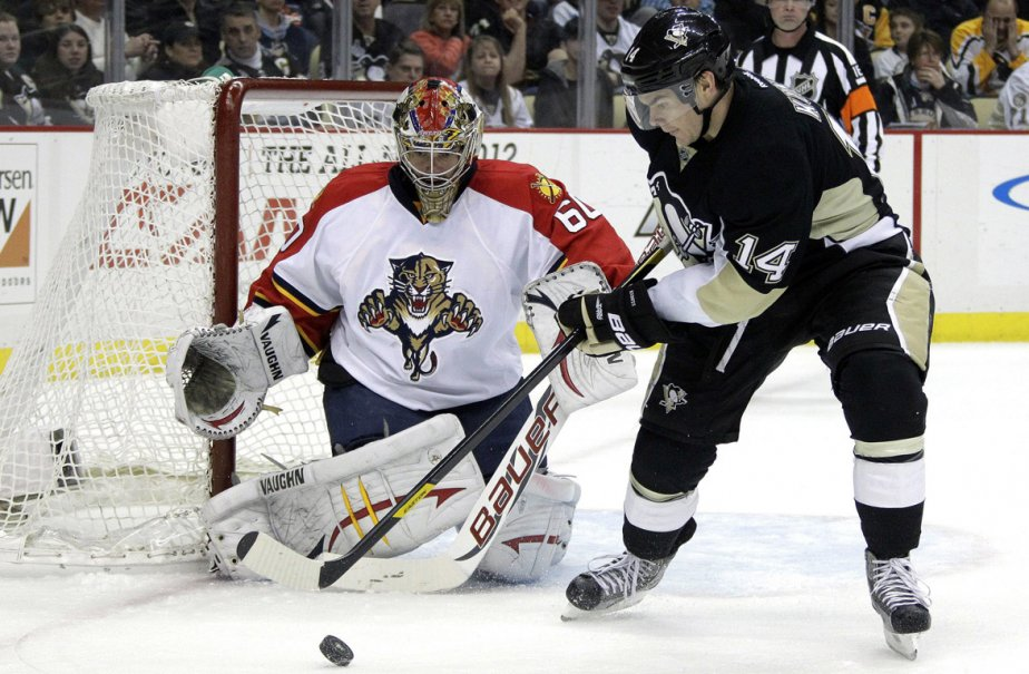 Chris Kunitz des Penguins de Pittsburgh tente de... (Photo: Gene J. Puskar, AP)