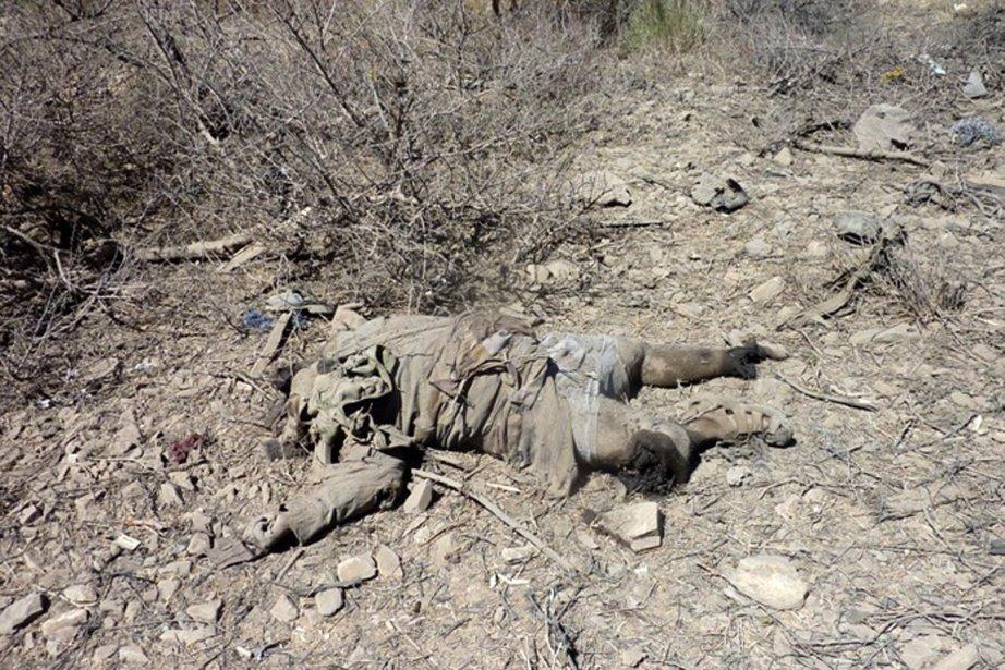 Le cadavre d'un membre présumé d'Al-Qaïda sur le... (Photo AFP)