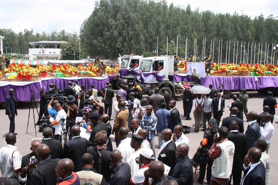 Les 145 cercueils recouverts du drapeau congolais vert-jaune-rouge... (Photo: AFP)
