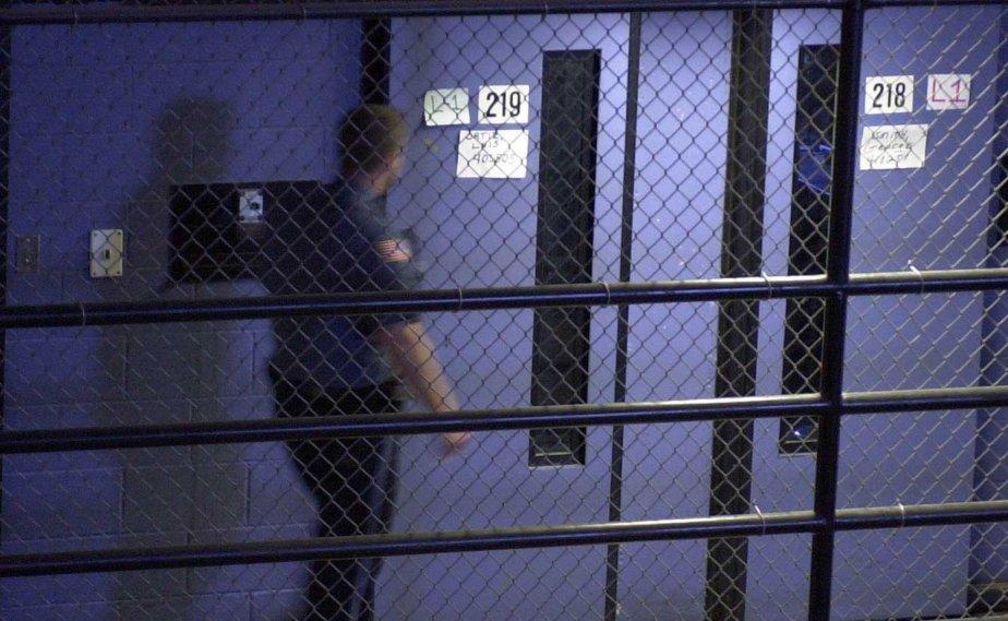 Un agent correctionnel doit faire preuve de maîtrise... (Photo Associated Press)