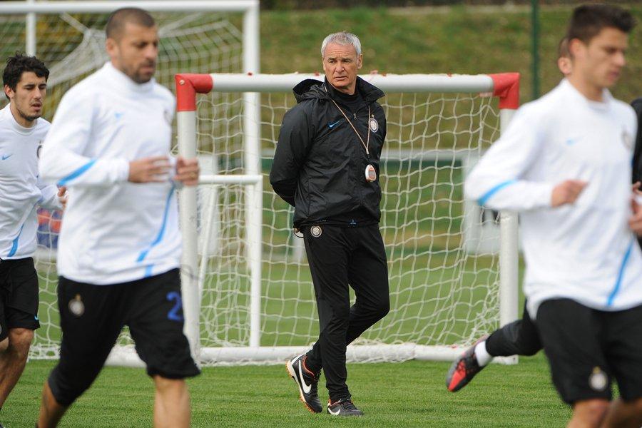 L'entraîneur de l'Inter Milan, Claudio Ranieri, observe ses... (Photo: AFP)