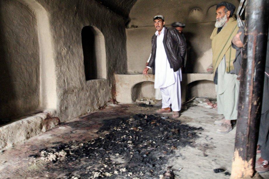 Des Afghans sont photographiés dans une des maisons... (Photo: Allauddin Khan, AP)