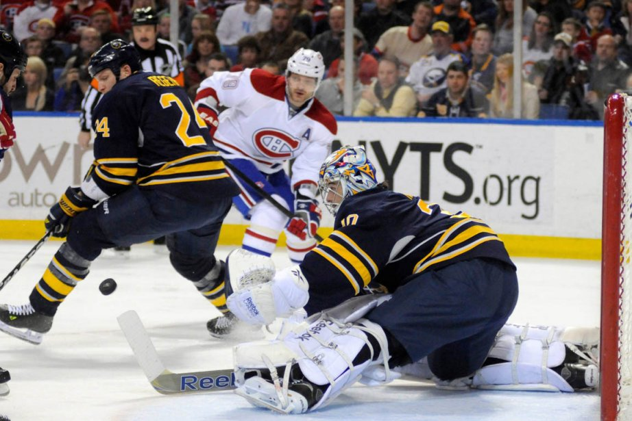 Aidé de Robyn Regehr, le gardien Ryan Miller,... (Photo: Reuters)