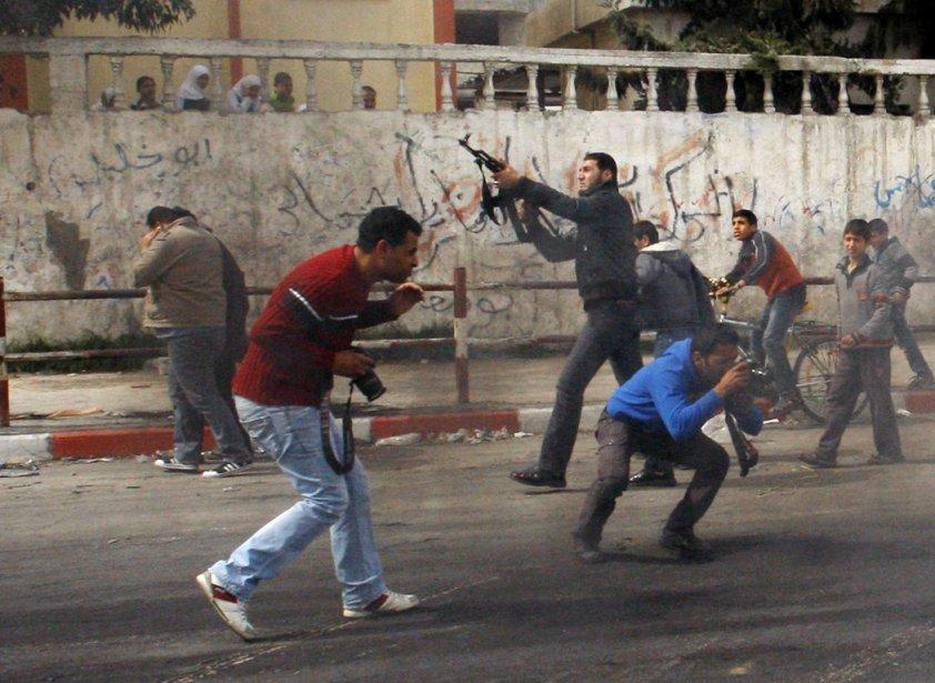 Un Palestinien tire quelques coups de feu en... (Photo: Hatem Moussa, AP)