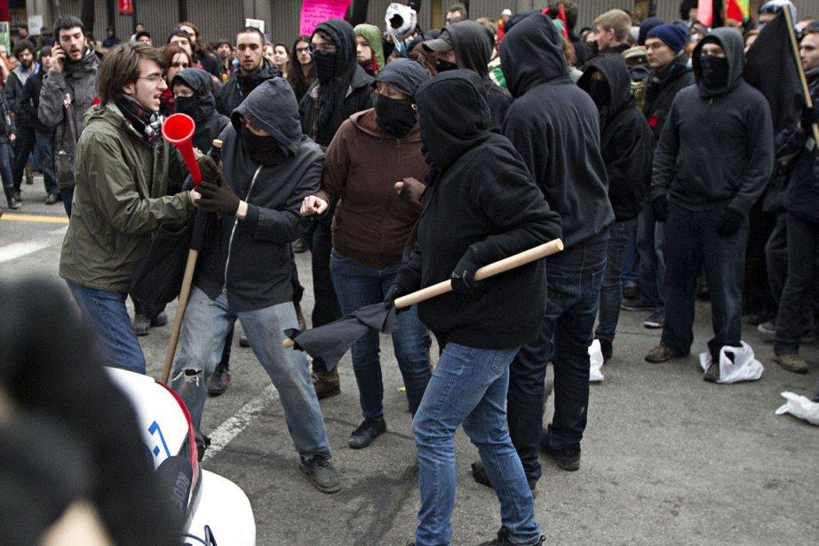Des étudiants ont pris à partie des casseurs... (Photo: Patrick Sanfaçon, La Presse)