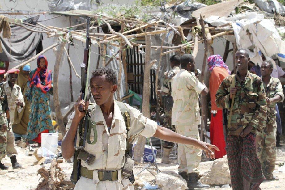 Un soldat somalien monte la garde sur les... (Photo: Feisal Omar, Reuters)