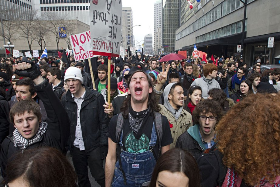 Un groupe de manifestants de la Coalition large... (Photo: Patrick Sanfaçon, La Presse)