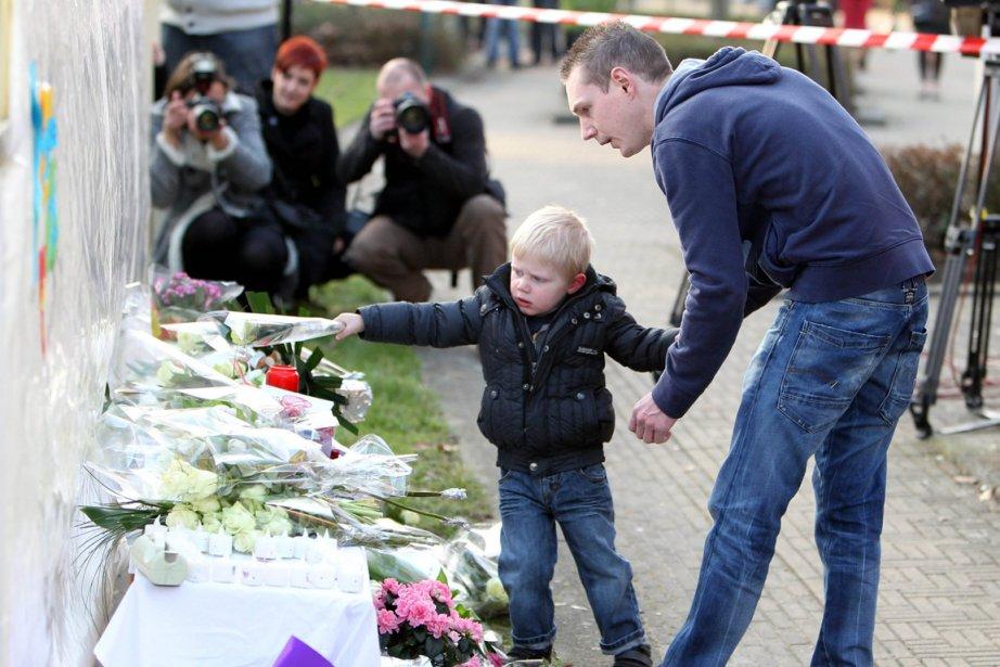 Des gerbes de fleurs ont été déposées devant... (Photo: AFP)