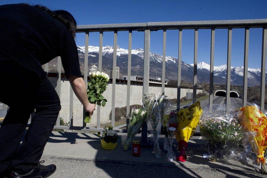 Une femme dépose une gerbe de fleurs sur... (Photo: Sébastien Bozon, AFP)