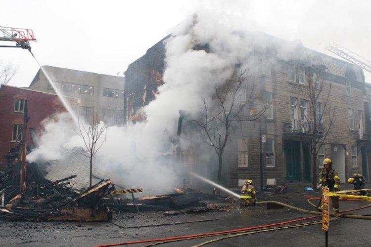 Un incendie a fait rage dans un immeuble... (Photo: Ninon Pednault, La Presse)