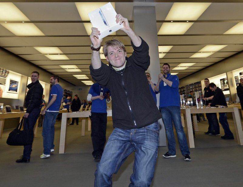 Lukas, un Allemand de la ville de Oberhausen, n'est pas peu fier de montrer son nouvel iPad. (Photo: AP)